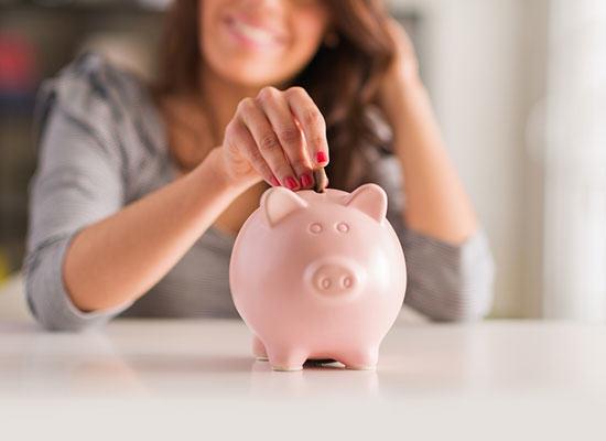 kobieta oszczędzająca na nowe mieszkanie